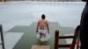 В Молдове десятки смельчаков отметили Крещение в проруби (ФОТО, ВИДЕО)