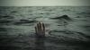 Шторм унес в море пожилую пару (ВИДЕО)