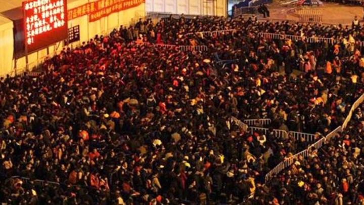 На вокзале в Гуанчжоу образовалась очередь из 100 тысяч человек