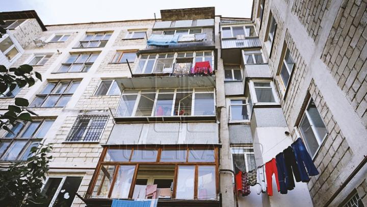 В столице девушка выпрыгнула из окна пятого этажа из-за ссоры с возлюбленным