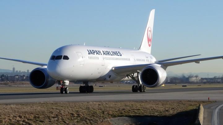 У японского авиалайнера на взлете загорелся двигатель