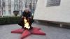 В Бельцах мужчина жарил куриный шашлык на Вечном огне (ФОТО)