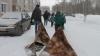 В российском Нововятске ямы на дорогах накрыли коврами (ФОТО)