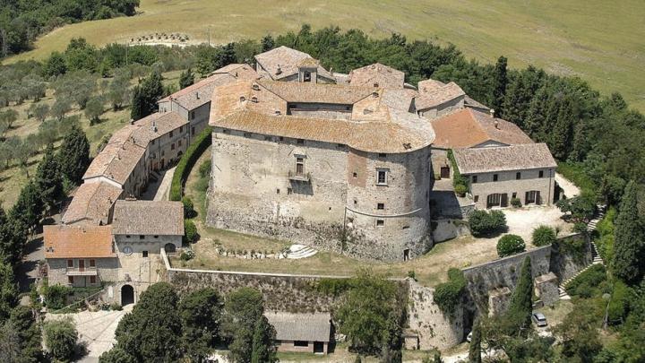Почувствуй себя феодалом: в Италии продают замок с деревней