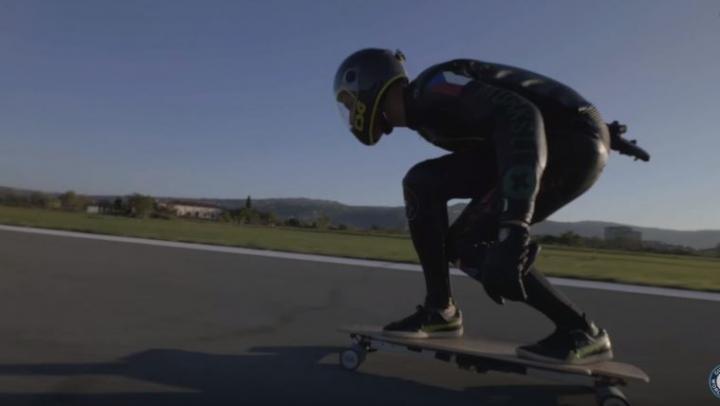 Скейтбордист установил мировой рекорд скорости на электродоске (ВИДЕО)