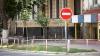 Сбитый автомобилем дорожный знак рухнул на невезучего пешехода (ВИДЕО)
