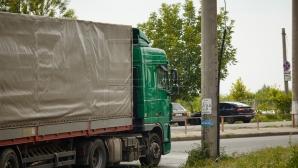 Фура съехала с трассы при выезде из Кишинева (ВИДЕО)