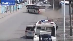 Жуткая авария в Китае: угонщик автобуса сбил женщину (ВИДЕО)