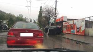 ДТП на Ботанике: машина съехала на тротуар и перевернулась (ФОТО)