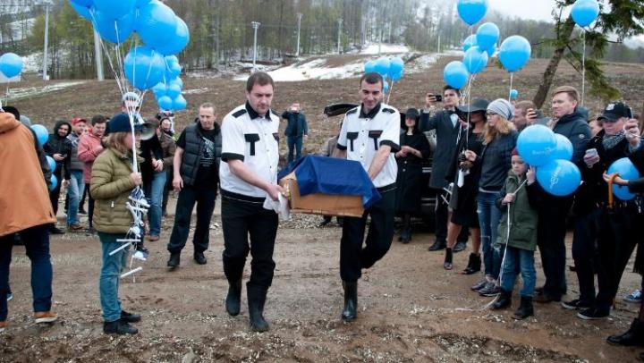 В Сочи в гробу похоронили 200 кг салата «Цезарь» (ФОТО)