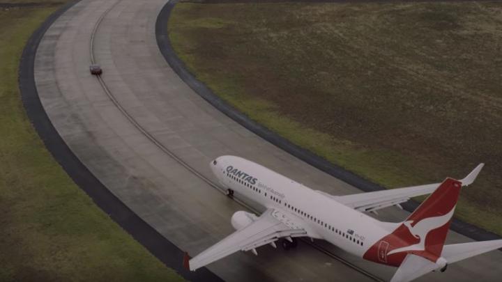 Boeing 737 и Tesla Model S проехались наперегонки (ВИДЕО)
