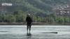 Китаец ежедневно переплывает реку на бамбуковой палке (ВИДЕО)