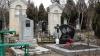 На кладбищах кипит работа: Люди наводят порядок на могилах родных к Радонице