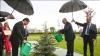 Президенты Туркмении и Белоруссии полили ель под дождем