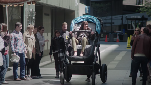 Американская компания создала гигантскую коляску для взрослых (ВИДЕО)
