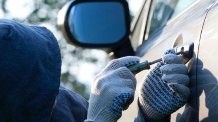 В столице при попытке ограбить и угнать машину задержан 45-летний мужчина