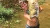 Американка поймала 13-килограммового сома голыми руками (ВИДЕО)