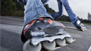 В столице подростки на роликах зацепились за автомобиль (ВИДЕО)