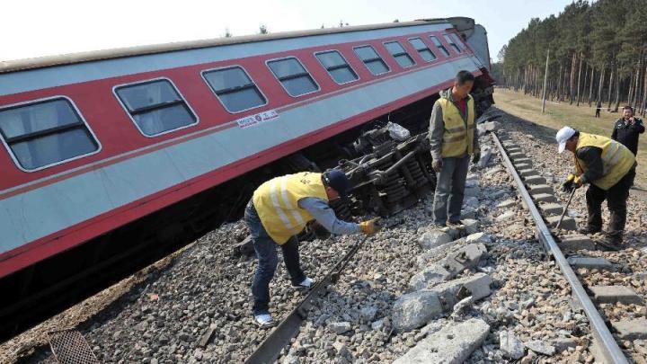 Поезд сошел с рельсов в Китае и снес дом (ФОТО)