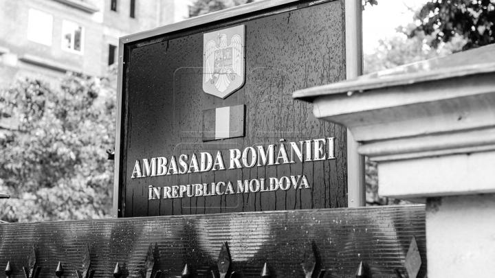 К посольству Румынии возложили цветы в память о жертвах крушения вертолета (ФОТОРЕПОРТАЖ)