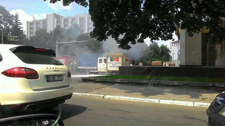 Грузовик въехал в панно перед Дворцом Республики и загорелся (ВИДЕО)