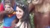 Орангутанг в сафари-парке схватил туристку за грудь (ВИДЕО)