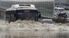 Два автобуса с 55 туристами отрезаны горной рекой в Китае
