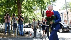 Власти Молдовы возложили цветы к посольству Франции в память о погибших в Ницце (ФОТО)