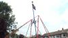 Британец построил гигантские качели высотой с дом