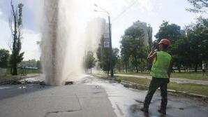 На одной из Дурлештских улиц мощный фонтан заливает квартиры (ВИДЕО)