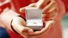 На бейсболе мужчина, делая предложение девушке, потерял кольцо