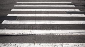 Учащимся лицея имени Джеордже Менюка приходится пропускать водителей у зебры
