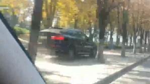 Водитель BMW решил прокатиться по тротуару (ВИДЕО)
