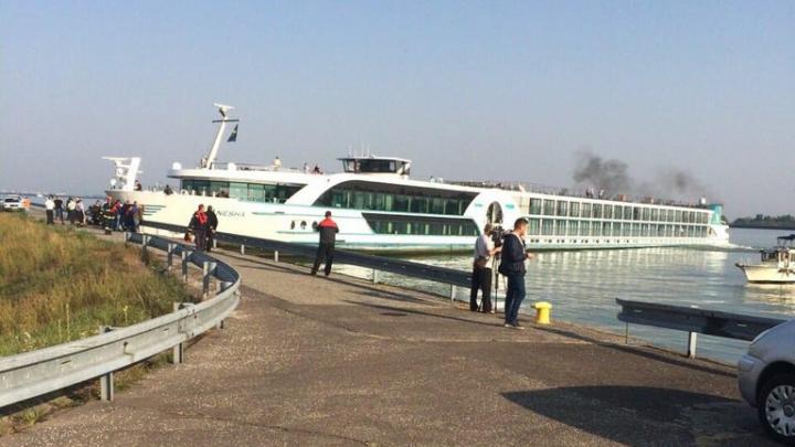 Судно со 150 пассажирами и пьяным капитаном врезалось в дамбу на Дунае