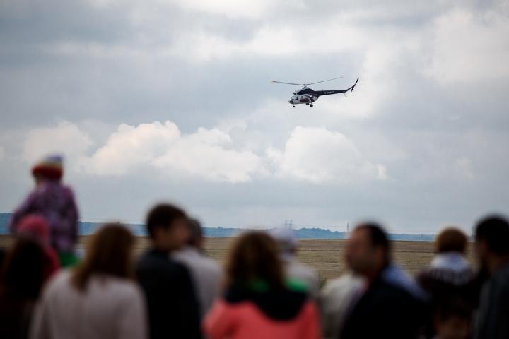 Сотни людей наблюдали авиашоу ко Дню гражданской авиации (ФОТО)