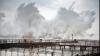 """Видео: Двое мужчин искупались во время бушующего урагана """"Офелия"""""""