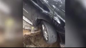 В Кишиневе под колесами автомобиля на стоянке обрушился асфальт