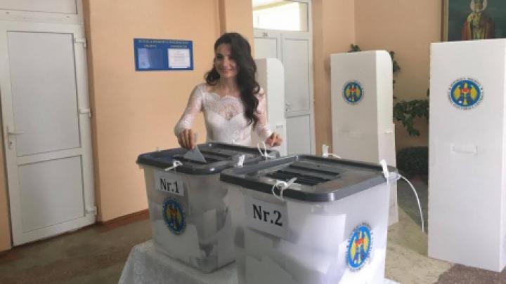 Все на выборы: девушка пришла голосовать в свадебном платье