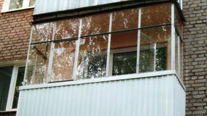 """Соседи обстреляли балкон москвича с собакой за """"стукачество""""."""
