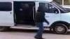 Мужчина сбежал от десяти спецназовцев через окошко магазина