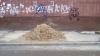 Тротуар на пересечении двух центральных улиц столицы заняли песком