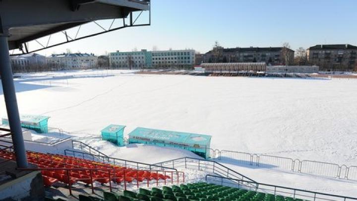 Фанаты противоборствующих команд вместе расчистили поле от снега перед матчем