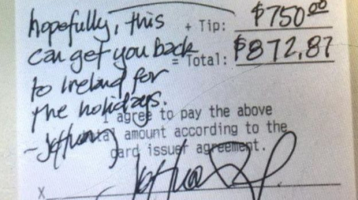 В Техасе официант получил 750 долларов чаевых на поездку к семье