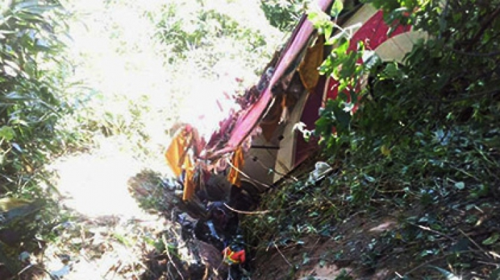 В Таиланде автобус с 40 пассажирами упал в пропасть