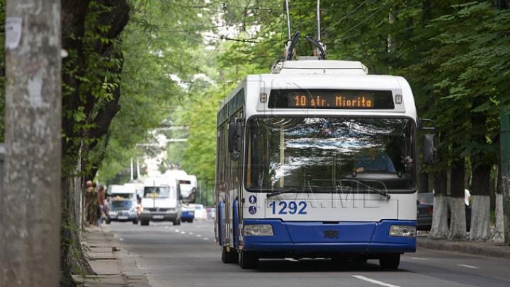 В столице 50-летний мужчина внезапно умер в троллейбусе