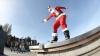 В Лос-Анджелесе Санта-Клаус продемонстрировал трюки на скейтборде
