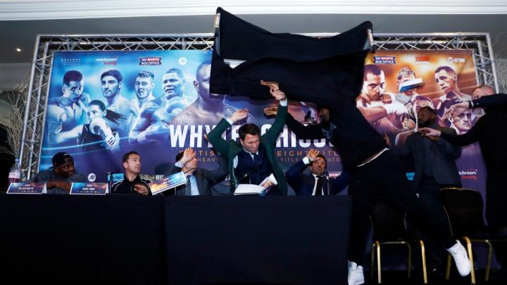 Дерек Чисора швырнул в соперника столом во время пресс-конференции