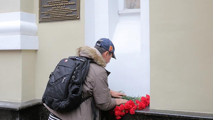 Жители Молдовы несут цветы к зданию посольства России в связи с крушением Ту-154 в Чёрном море