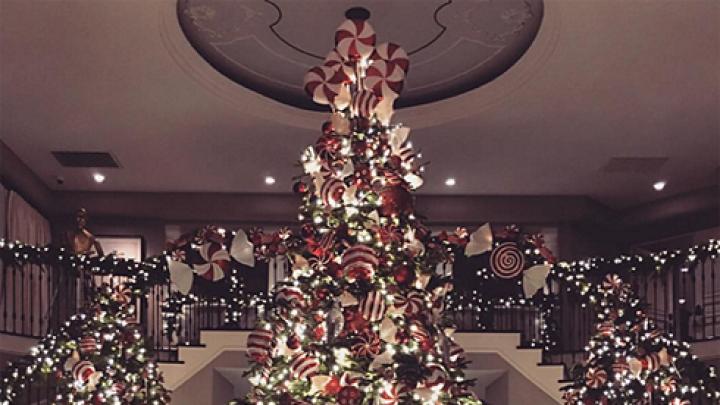Ким Кардашьян и Канье Уэст к Рождеству украсили свой дом тысячами огней
