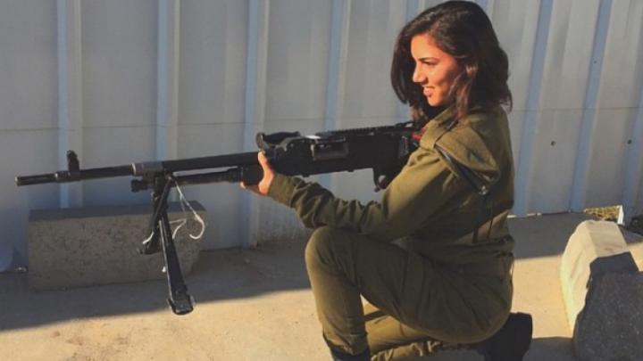 В сети набирает популярность аккаунт израильских девушек-военных
